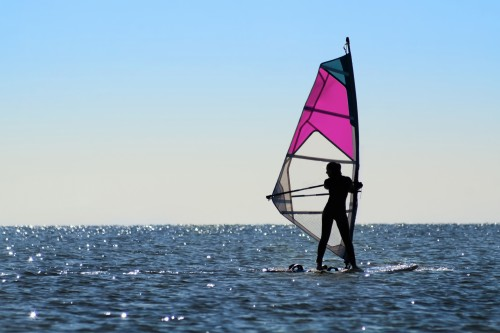 girl-windsurfer