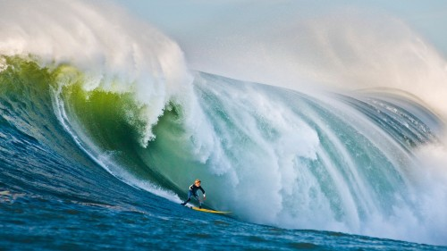 Surfing-on-Huge-Waves
