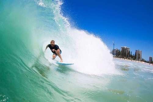 Серфинг в австралии в погоне на доске за австралийской волной